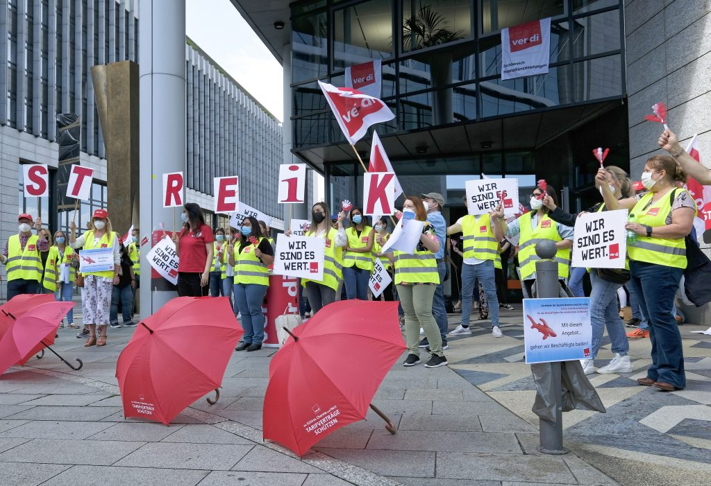 Aktion der Gewerkschaft verdi vor der Sparda-Bank Stuttgart Foto: picture alliance/Michael Latz
